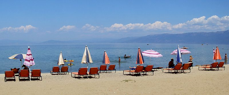 Pudelek (Marcin Szala), CC BY-SA 3.0, http://commons.wikimedia.org/wiki/File:Beach_in_Pogradec_2.jpg