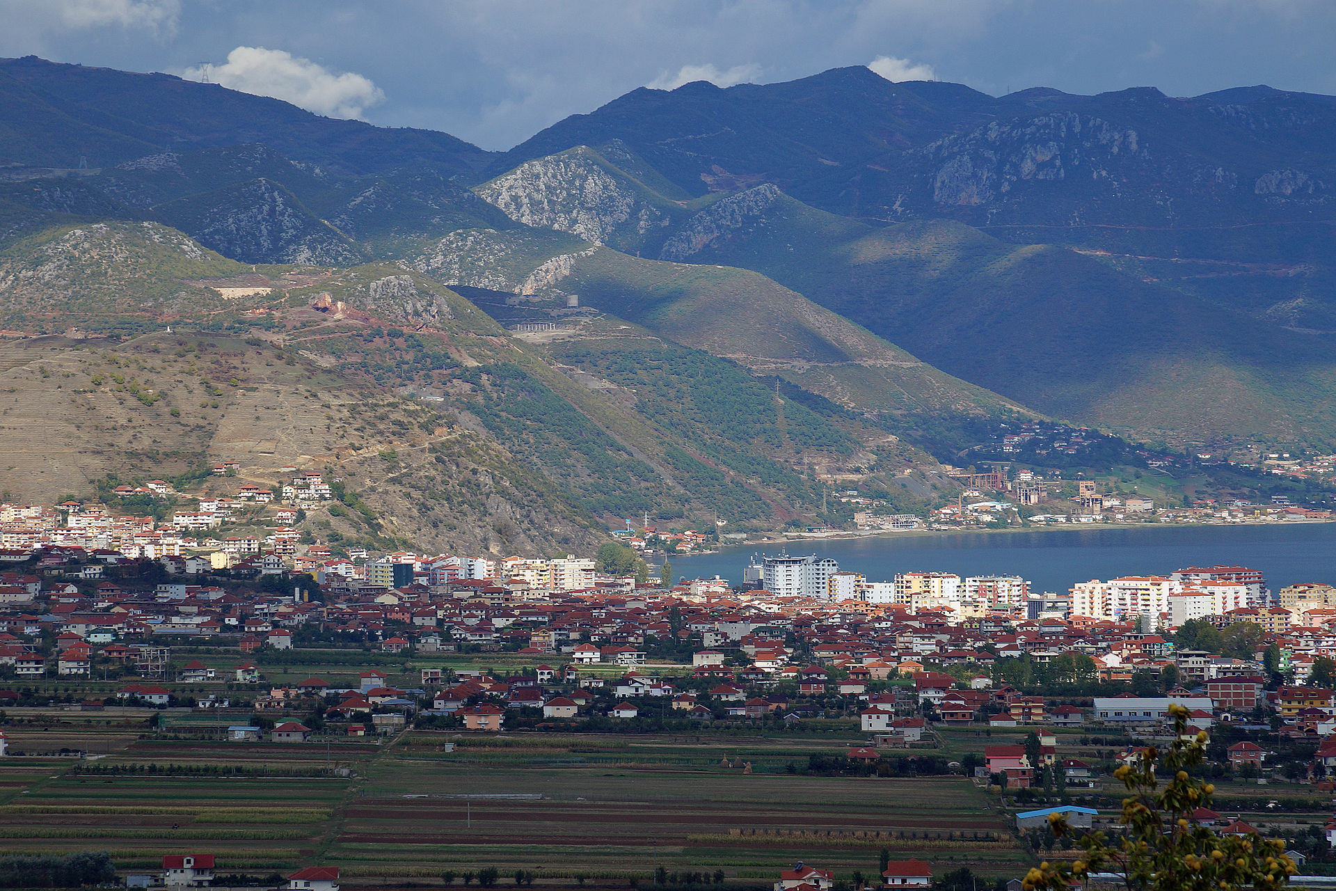 Albinfo, CC BY 3.0, http://commons.wikimedia.org/wiki/File:Pogradec_from_South.jpg