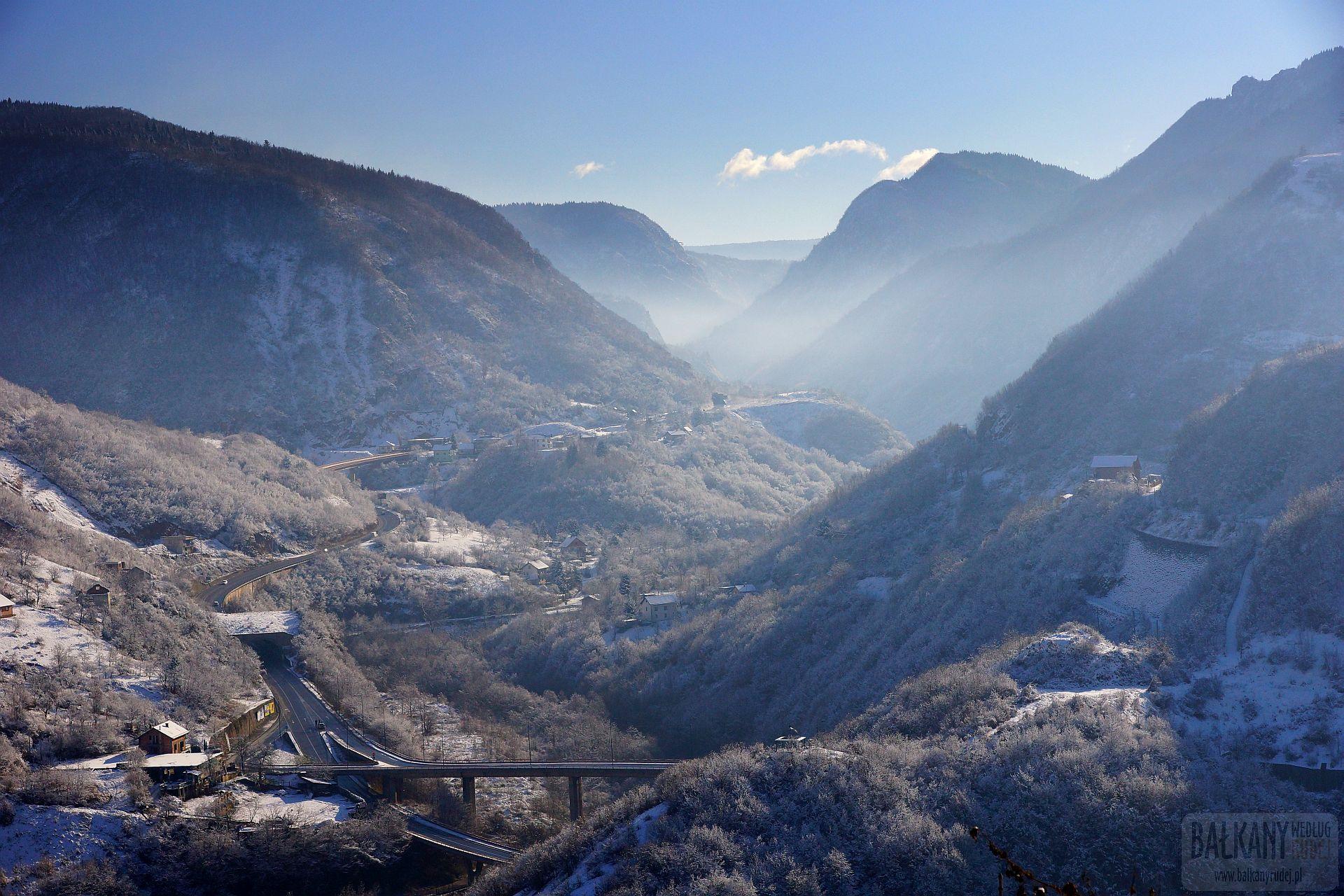 Widok z Białej Twierdzy w stronę Kanionu utworzonego przez rzekę Miljackę.